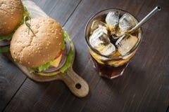 Hamburger frais de boeuf avec le kola sur le conseil en bois Fin vers le haut Partie d'?t? image stock