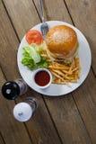 Hamburger, francuz smaży, kumberland w talerzu na drewnianym stole zdjęcie stock