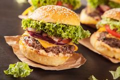 Hamburger freschi sulla pietra nera Fotografie Stock