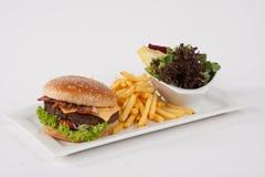 Hamburger fresco com batatas fritas e salada Imagens de Stock Royalty Free