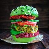 Hamburger fresco dell'avocado con la quinoa Immagini Stock Libere da Diritti