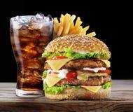 Hamburger, fritures de pomme de terre, boisson de kola image libre de droits