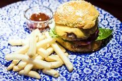 Hamburger, fritures et sauce de poulet du plat bleu dans le restaurant images stock