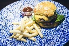 Hamburger, fritures et sauce de poulet du plat bleu dans le restaurant images libres de droits