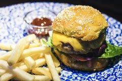 Hamburger, fritures et sauce de poulet du plat bleu dans le restaurant photos stock