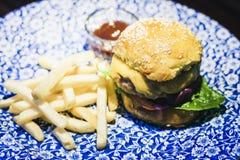 Hamburger, fritures et sauce de poulet du plat bleu dans le restaurant photographie stock libre de droits