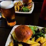 Hamburger, fritures et une pinte de bière Images libres de droits