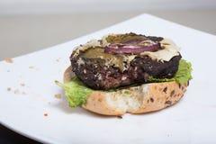 Hamburger gâté petit pain, hamburger, salade images stock