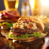 Hamburger gastronomico con il formaggio del bleu fotografia stock