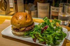 Hamburger gastronomico con insalata Fotografie Stock