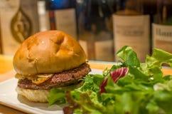 Hamburger gastronomico con insalata Fotografia Stock