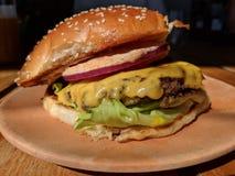 Hamburger gastronomico su un piatto fotografia stock libera da diritti