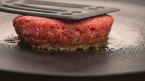 Hamburger gotuje na kamiennym grillu zdjęcie wideo