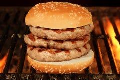 Hamburger grande caseiro na grade flamejante quente do BBQ Imagem de Stock Royalty Free