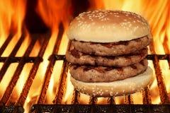 Hamburger grande caseiro na grade flamejante quente do BBQ Foto de Stock Royalty Free