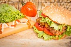 Hamburger grande clássico Fotos de Stock Royalty Free