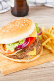 Hamburger grande com cerveja fotos de stock