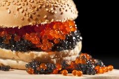 Hamburger grande com o caviar vermelho e preto foto de stock