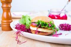 Hamburger gratuit de Halloumi de gluten fait maison photo stock