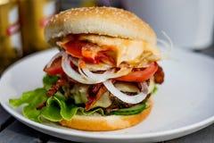 Hamburger grelhado com bacon Imagem de Stock Royalty Free