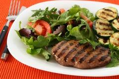 Hamburger grelhado do peru com vegetais Fotografia de Stock Royalty Free