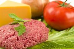 Hamburger grezzo con le guarnizioni Fotografia Stock Libera da Diritti