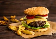 Hamburger grillé de boeuf Photographie stock libre de droits