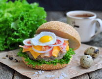 Hamburger, hamburger avec du boeuf grillé, oeuf, fromage, lard et légumes Photographie stock
