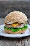 Hamburger, hamburger con manzo arrostito, formaggio e verdure Immagini Stock