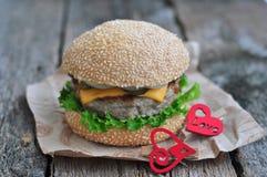 Hamburger, hamburger con manzo arrostito, formaggio e verdure Fotografia Stock Libera da Diritti