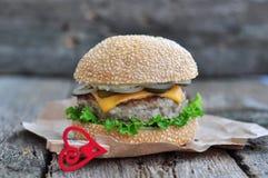 Hamburger, hamburger con manzo arrostito, formaggio e verdure Immagine Stock Libera da Diritti