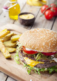 Hamburger, hamburger met frechgebraden gerechten, ketchup, mosterd en verse groenten Stock Foto