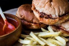Hamburger humide turc avec de la sauce et des pommes de terre / hamburger d'islak Photo libre de droits