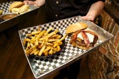 Hamburger i dłoniaki Zdjęcie Stock