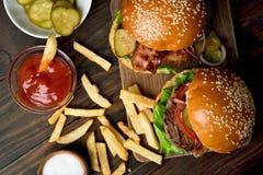 Hamburger i francuscy dłoniaki, odgórny widok zdjęcia royalty free