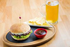 Hamburger i piwo Obrazy Stock
