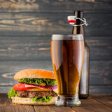 Hamburger i piwo Zdjęcia Stock