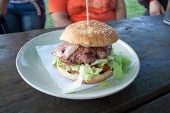 Hamburger im rustikalen Restaurant Stockfoto