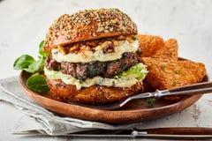 Hamburger intero del manzo con le noci ed il formaggio fotografie stock libere da diritti