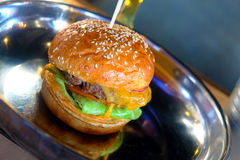 Hamburger juteux classique sur la casserole photographie stock