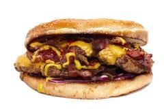 Hamburger juteux délicieux énorme avec le lard, les côtelettes de boeuf, la laitue fraîche, les tomates, la sauce, l'oignon, le f image stock