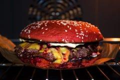 Hamburger juteux délicieux avec de la sauce et le fromage à cerise photographie stock