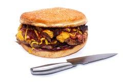 Hamburger juteux d?licieux ?norme avec le lard, les c?telettes de boeuf, la laitue fra?che, les tomates, la sauce, l'oignon, le f photos libres de droits