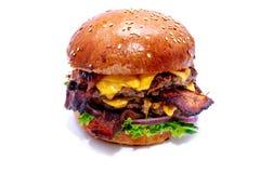 Hamburger juteux de boeuf avec le lard, le fromage et la salade photographie stock