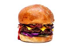 Hamburger juteux de boeuf avec le lard, le fromage et la salade photo stock