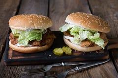 Hamburger juteux de poulet avec de la sauce ? yaourt photos stock