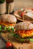 Hamburger juteux de viande avec de la viande et des légumes Images libres de droits