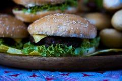 Hamburger juteux et frais photos stock