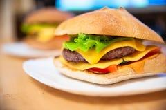 Hamburger juteux fait maison photo libre de droits