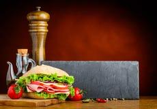 Hamburger kanapka z Odbitkowym Astronautycznym terenem obraz stock